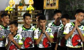 Los ni�os futbolistas rescatados de una cueva en Tailandia recibieron el alta