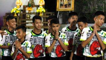 Los niños futbolistas rescatados de una cueva en Tailandia recibieron el alta