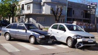 Fuerte choque entre dos autos complica la circulación vial