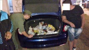 Incautaron gallos de riña transportados en el baúl de un auto