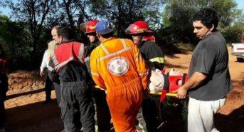 Dos personas debieron ser rescatadas de un auto volcado