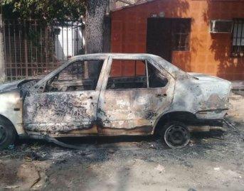Un auto quedó calcinado producto de un incendio intencional