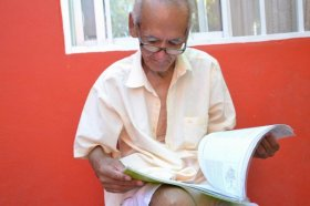 Con 77 años se recibió de profesor y piensa seguir con sus estudios