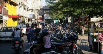La escasez de espacios genera problemas para estacionar autos y motos