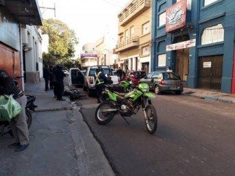 Choque entre un automóvil y motocicleta en pleno centro capitalino