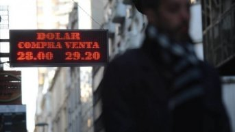 El dólar bajó 44 centavos y cayó por debajo de los $ 28 por primera vez en cinco días