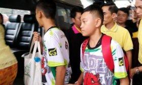 Los chicos rescatados de la cueva de Tailandia salieron del hospital