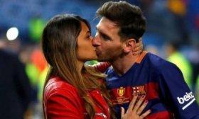 Los nuevos botines de Messi con una dedicatoria para Antonela Roccuzzo