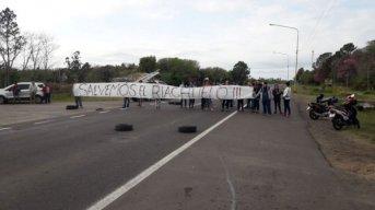 """Ambientalistas cortan el tránsito por Ruta 12 en reclamo por """"la destrucción del Riachuelo"""""""
