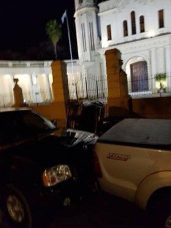 Auto fuera de control chocó y volcó frente a la iglesia San Francisco