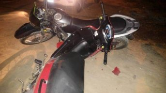 Choque de motos: un policía y un sospechoso heridos en persecución