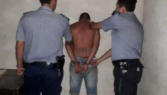 Dos jóvenes amenazaron a vecinos con armas, uno está detenido y el otro escapó
