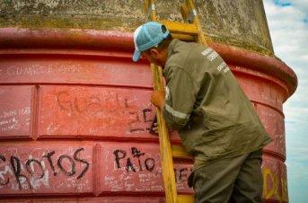 Iniciaron trabajos de restauración del faro del Parque Mitre <br />