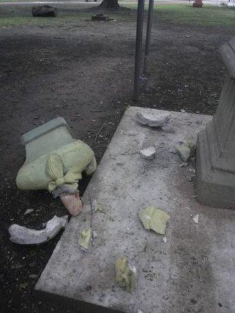 Jóvenes destrozaron a golpes el busto de Valentín Haüy