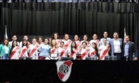 Hist�rico: 15 jugadoras de f�tbol de River firmaron su primer contrato profesional