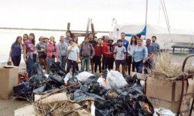 Correntinos preocupados por la contaminaci�n, limpiaron las playas