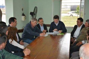 Schiavi firmó convenios para garantizar asistencia sanitaria en los parques industriales