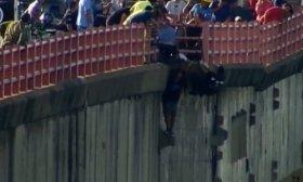 Dram�tico rescate de un hombre que intent� arrojarse del puente y qued� colgado