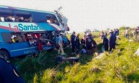 Al menos cuatro muertos y m�s de diez heridos al chocar un micro y un cami�n en la ruta 14