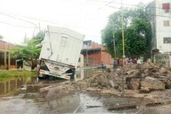 Camión cayó en un pozo de una zona de obras tras las precipitaciones
