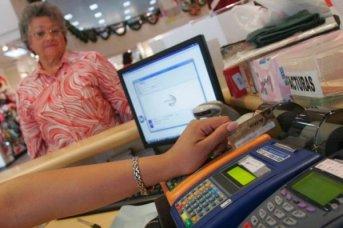 Los jubilados tendrán reintegros en las compras con tarjeta de débito