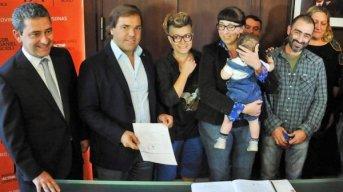 Tucumán: jueza autorizó que una nena tenga una mamá y dos papás