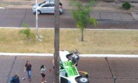 El vuelco de un patrullero sorprendi� a los vecinos del parque Mitre