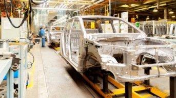 Las automotrices volverían a trabajar a fin de abril y en un solo turno