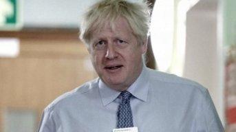 Aseguran que el premier británico recibe oxígeno pero no está con respirador