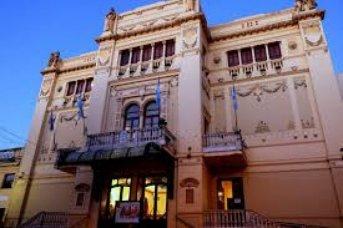 Violaron la cuarentena para comer un asado en el Teatro Vera