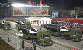 Pyongyang mostr� dos misiles en un enorme desfile militar