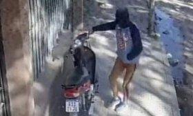Rob� motocicleta de una vereda