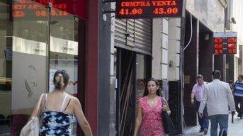 El dólar cayó 17 centavos a $ 43,52 por mayor oferta de exportadores